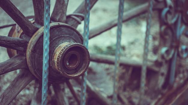 金属の塀が付いている木の車輪カート