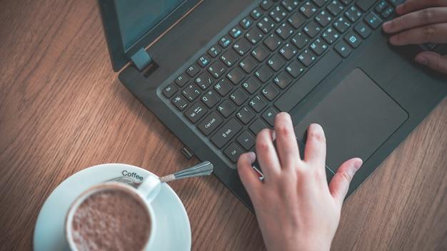 コンピュータのマウスをクリックする