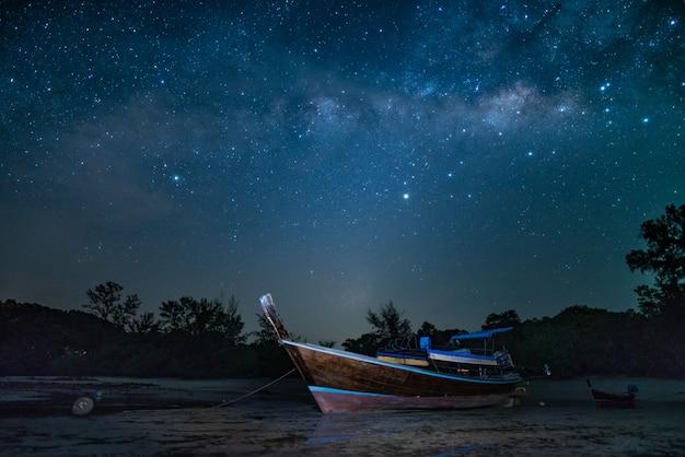 輝く星が付いている浜の旅行ボート