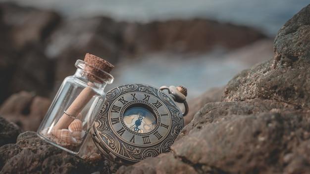 Сообщение в бутылке на пляже рок
