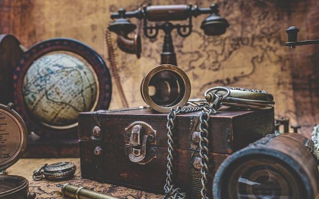 アンティークの木製の箱と古いコレクション
