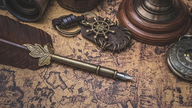 旧世界地図とアンティークブロンズ羽ペン