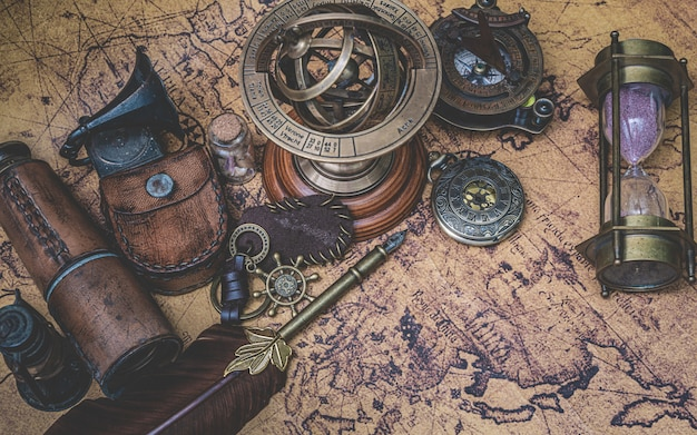 旧世界地図上のアンティークコレクション