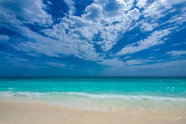 青空の背景と穏やかな石の海の風景