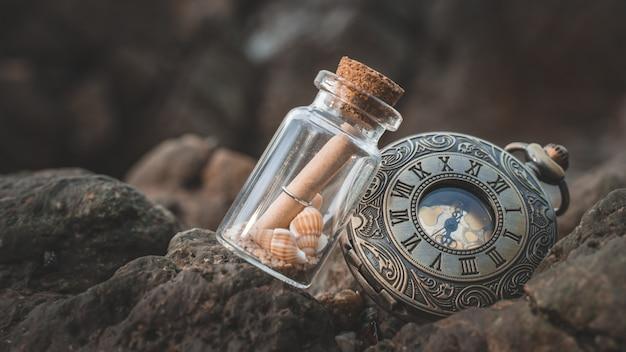 海の石の上の瓶の中のメッセージ