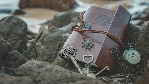 茶色のポケットブックにヴィンテージの鍵