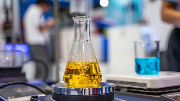 科学実験室でのガラスフラスコの試験