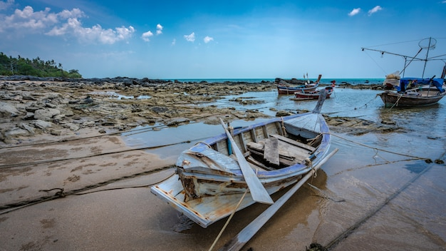 海のビーチに停泊するボート