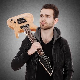 エレキギターでハンサムな若い男