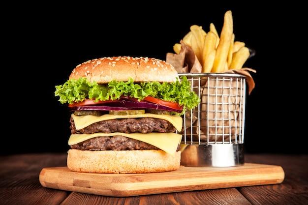 Вкусный гамбургер на гриле