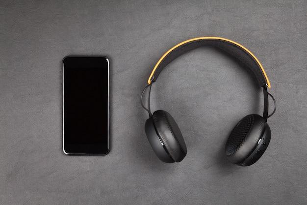 黒の現代のスマートフォンとヘッドフォン