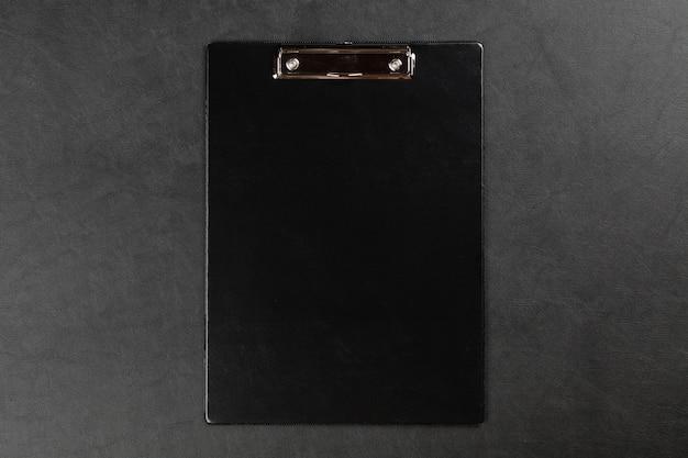 テーブルの上の黒いクリップボード