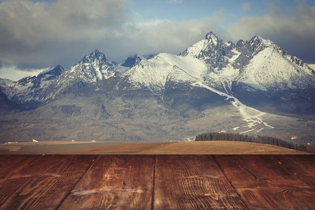冬の山々の背景上のテーブル
