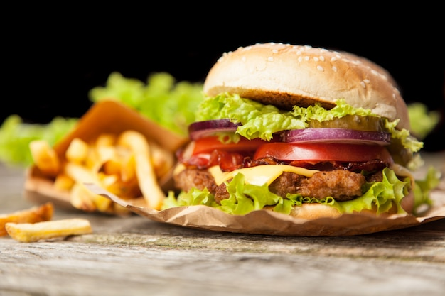 Вкусный гамбургер и картофель фри