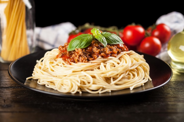 暗い背景にスパゲティボロネーゼ