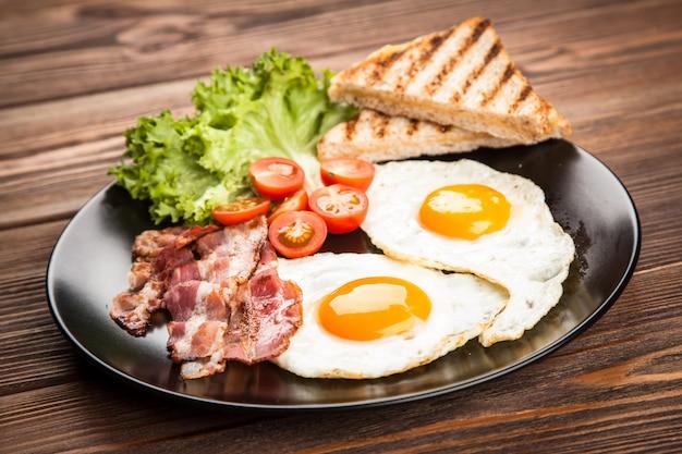 皿の上の伝統的な朝食