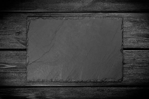 黒い木の上のスレート板