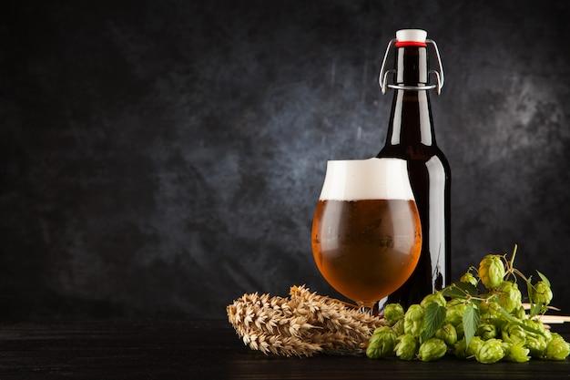 暗い背景上のビールのグラス