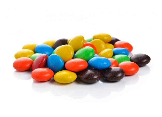 Красочные конфеты на белом фоне