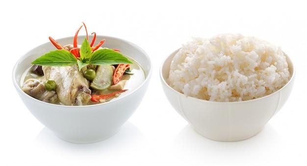 タイ料理のチキングリーンカレーと白の背景に米