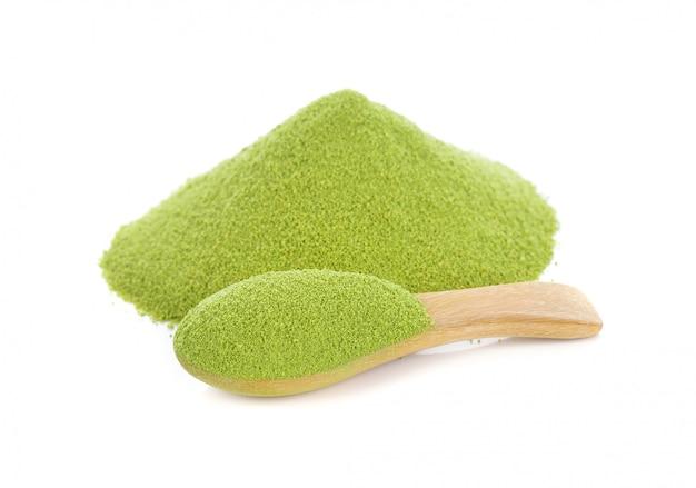 白い背景に隔離された緑色の粉