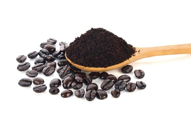 白い背景に焙煎コーヒー豆とコーヒー粉末