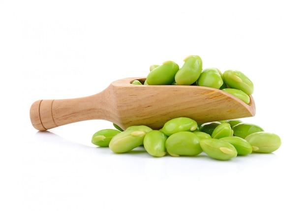 Зеленые соевые бобы, изолированные на белом