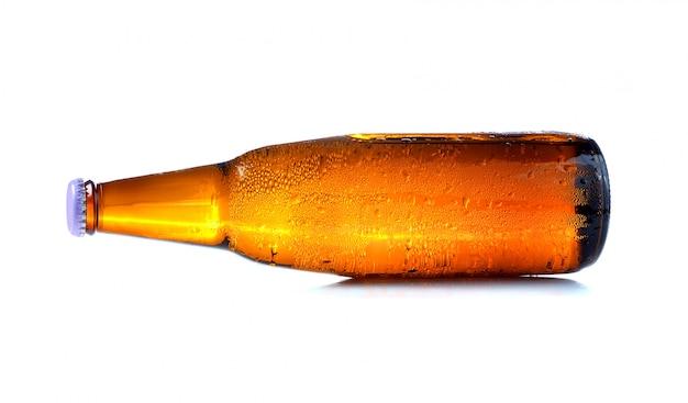 白で隔離される滴とビールの瓶