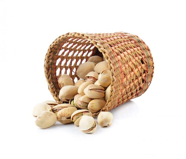 ピスタチオナッツ、白で隔離