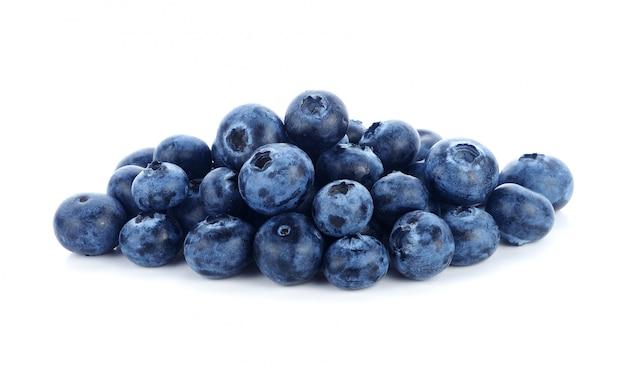白い背景の上の新鮮なブルーベリー果実