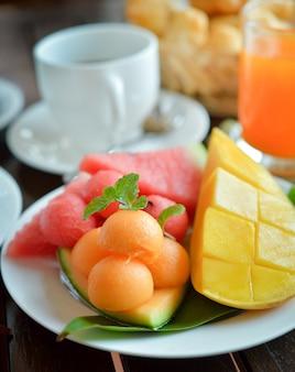 Свежие фрукты. смешанные фрукты. здоровое питание.