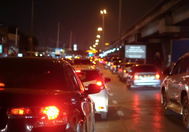 夜に道路に車の列と都市の交通渋滞