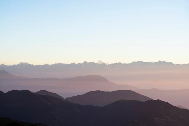 朝、風景の空を背景に山脈