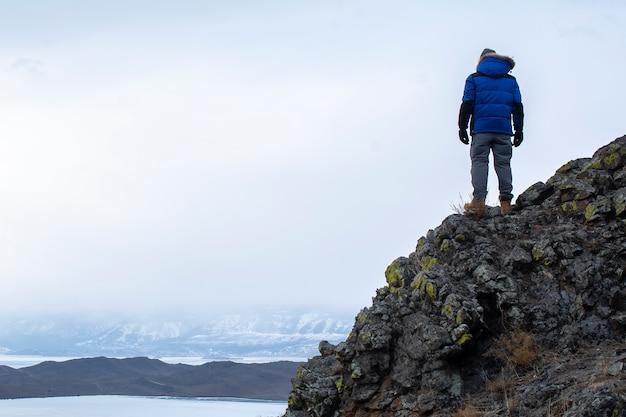 Счастливый человек, стоящий на скале, мужчина, глядя на пейзаж