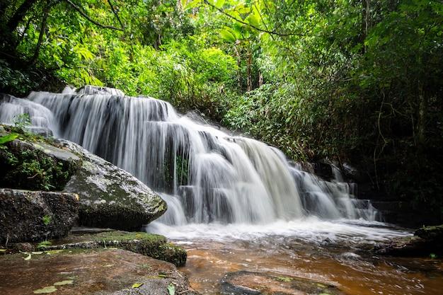 Водопад в тропическом лесу, провинция пхитсанулок, таиланд