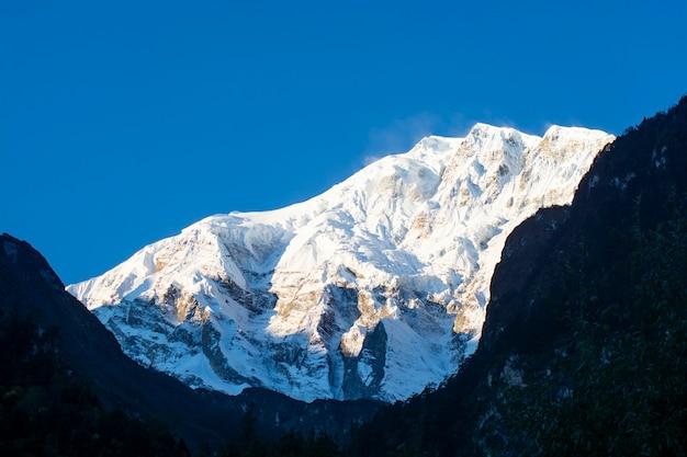 途中の山々アンナプルナサーキットトレック、ネパール