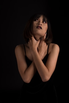 Портрет сумасшедшей женщины в темных тонах
