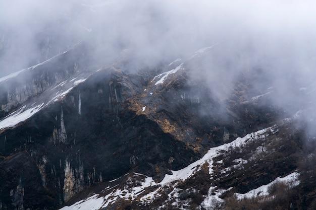 ネパールの岩山と霧