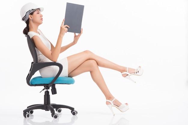 白い背景で働くセクシーな女の子構造エンジニア