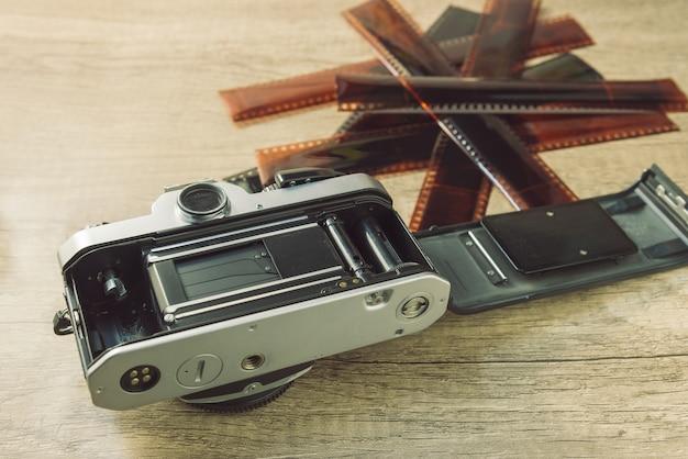 ぼやけたフィルムストリップとビンテージカメラ。