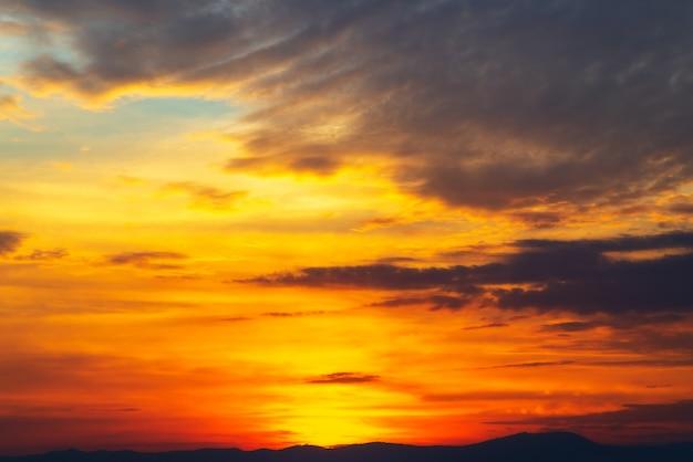 コピースペースと雲の切れ間から曇り空と太陽のオレンジ色の光