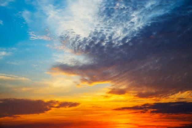 コピースペースで嵐の前に晴れた日にふわふわの雲と空
