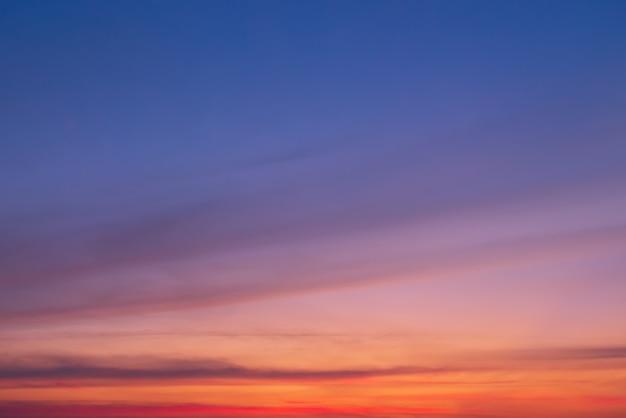 オレンジ色の雲とコピースペースと雲の切れ間から太陽のオレンジ色の光