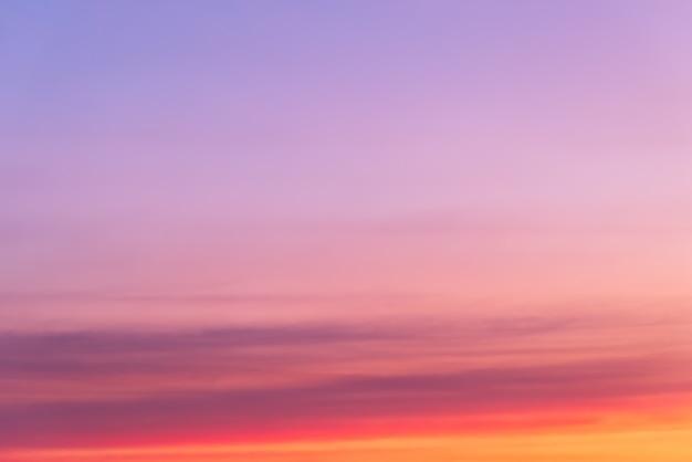 ピンクの雲とコピースペースと雲の切れ間から太陽のピンクの光