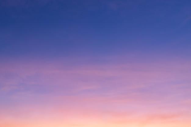 ピンクの雲とコピースペースと青い空と雲の切れ間から太陽のピンクの光