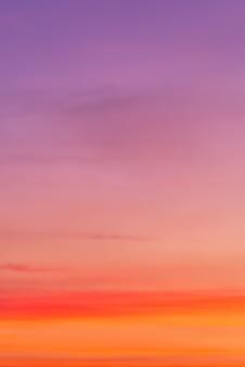 ピンクの雲とコピースペースと雲(グラデーションカラー)を通して太陽のピンクの光