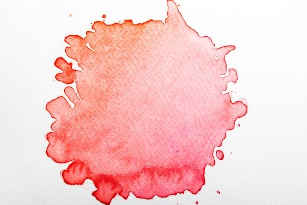 紙の上の抽象的な赤い水彩画