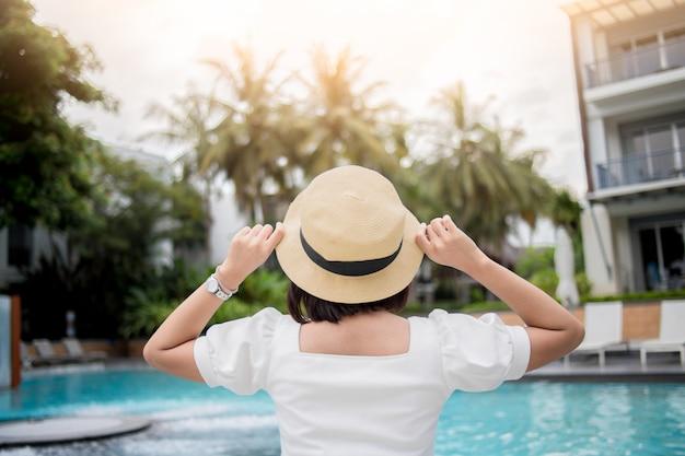 Женщина отдыхает в роскошном отеле, летние каникулы