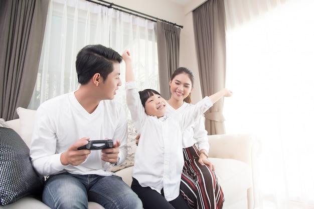 アジアの家族が家でのんびりと休日を過ごします。
