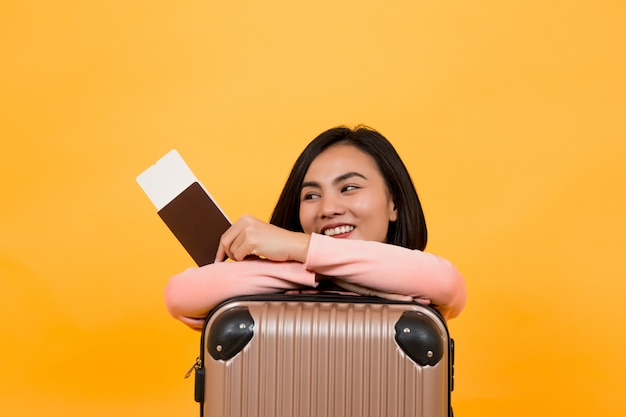 Женщина держит паспорт с билетом на самолет